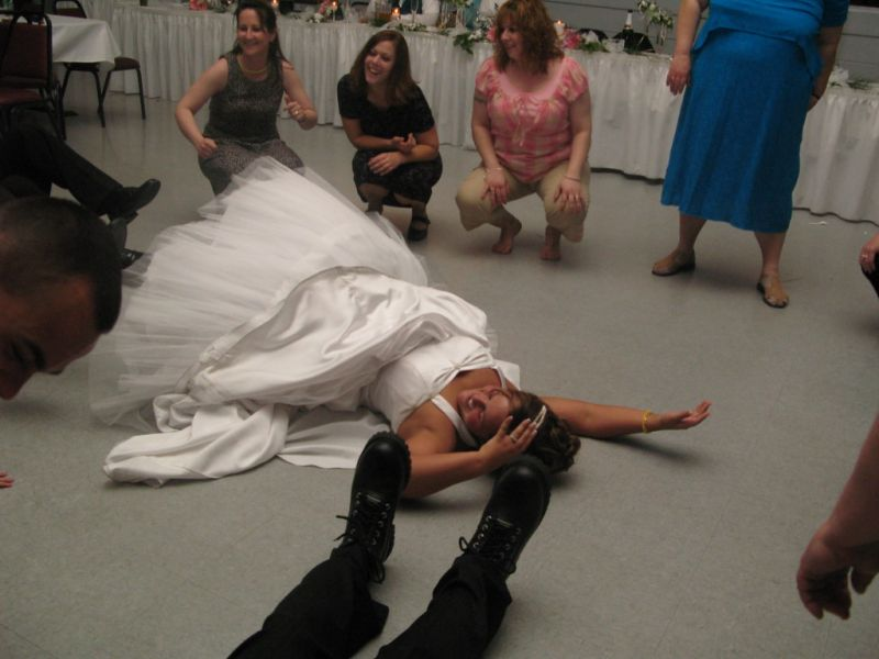 Novio patoso en baile de boda
